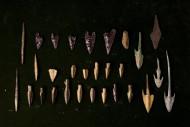 Древнейшие наконечники коллекции. Сверху - обсидиановые. Два нижних ряда - скифские. Гарпуновидные справа - урартские или ассириские. Справа наверху - медный наконечник.